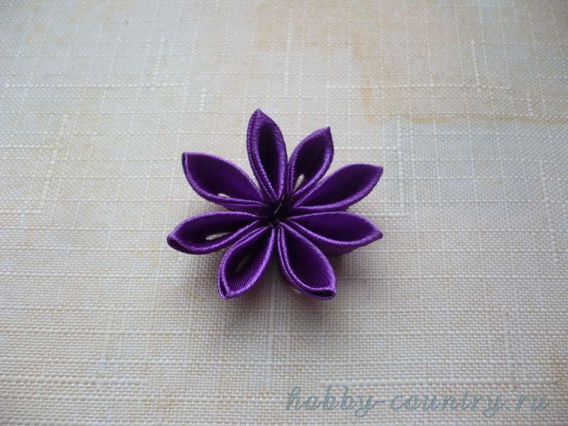сборка цветка из треугольных лепестков атласная лента