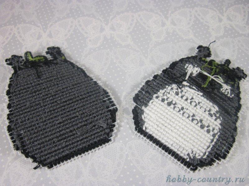 изнаночная сторона вышивка по пластиковой канве брелок мастер класс