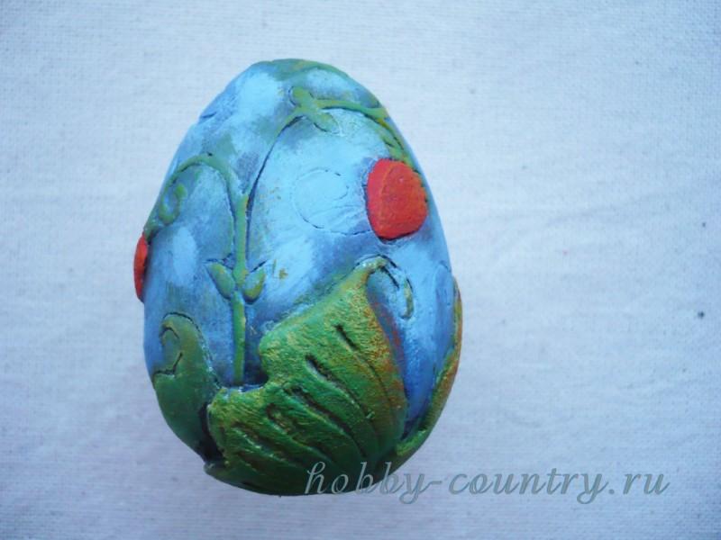 декор гипсового яйца роспись и резьба рисунок ягоды клубники