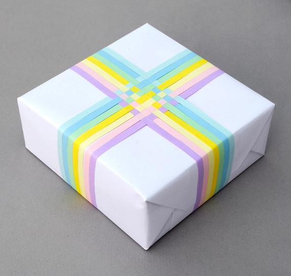 декор упаковки полосками цветной бумаги
