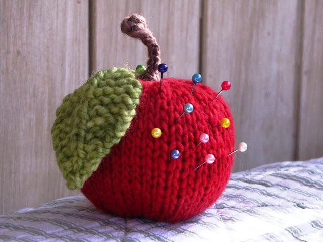 как связать игольницу спицами яблоко