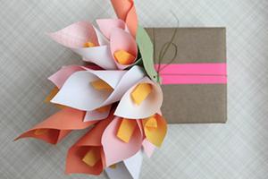 букет из бумажных цветов для украшения коробки