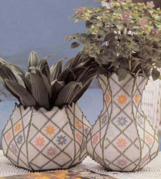 вышивка вазы из пластиковой канвы