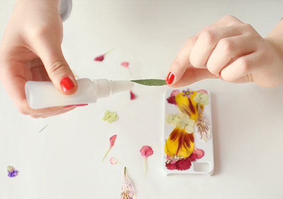 как задекорировать чехол для телефона засушенными цветами