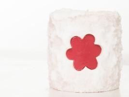 Декоративная свеча с вырезанными фрагментами