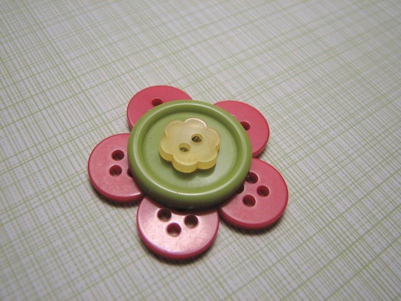 как сделать цветок из пуговиц,