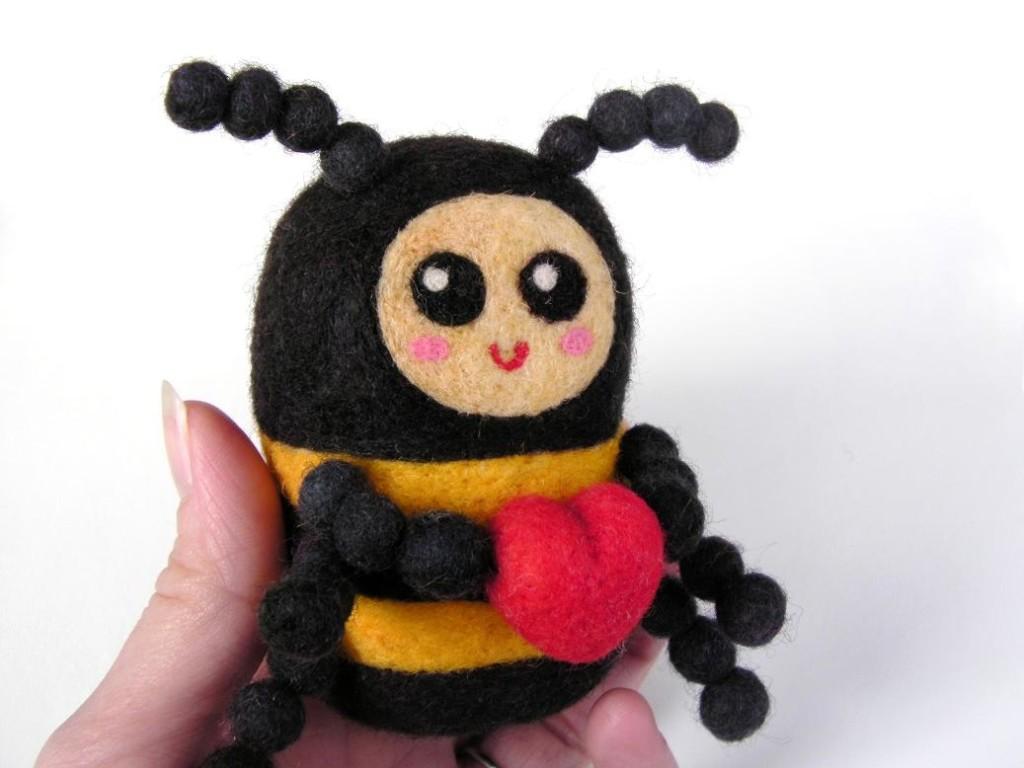 валяние игрушек пчела