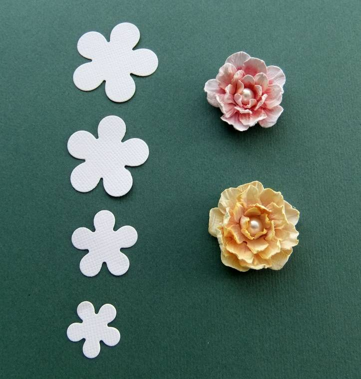 Объёмные цветы из бумаги для открытки своими руками 12