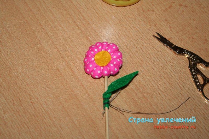 цветок из ткани на палочке